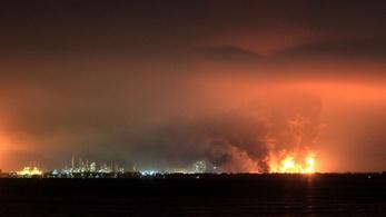 Lángol egy indonéziai olajfinomító