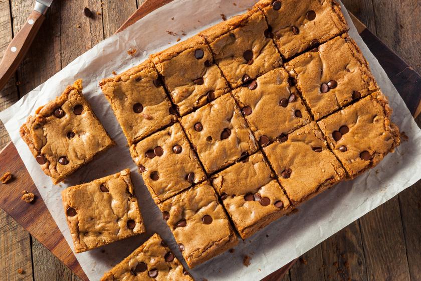 Mennyei szőke brownie: a kevert tésztába csokidarabok is kerülnek