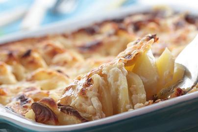 Isteni, tejszínes gratin krumplival és zsenge karalábéval: laktató egytepsis fogás