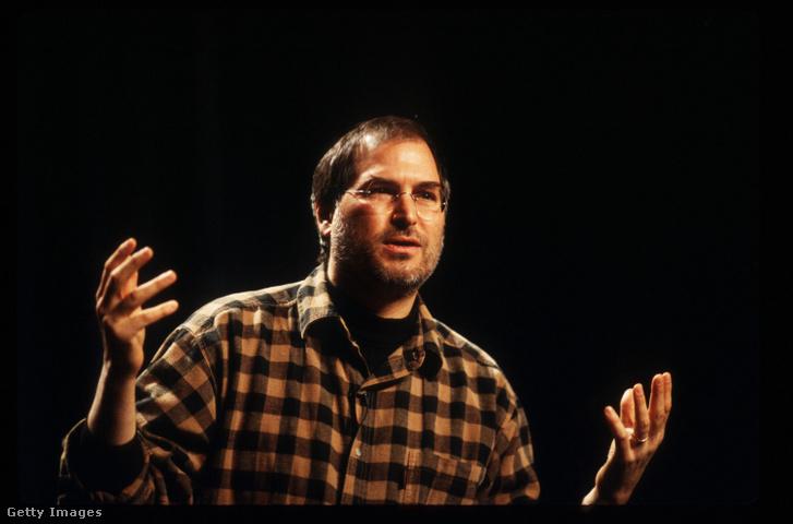 Steve Jobs nem szerette az easter eggeket, így amikor 1997-ben visszatért az Apple-höz, kukázta a koncepciót, és 2011-es haláláig nem is volt egyetlen ilyen sem az Apple termékekben (Fotó: Jobs 1997-ben)