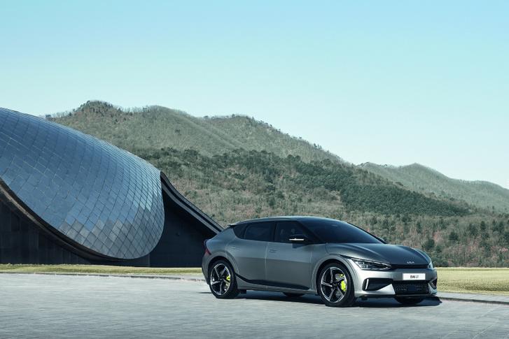 Ahogy a hagyományos hajtású sportautóknál is megszoktuk, az EV6 legsportosabb, GT változata agresszív külsőt kapott