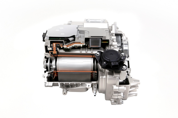 Kevés helyet foglal a két hátsó kerék közé illesztett hátsó motor. A teljesítménye lehet 125, 168 vagy 270 kW