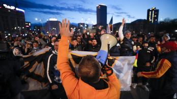 Repültek az üvegek és a kirakatablakok a korlátozások elleni bukaresti tüntetésen