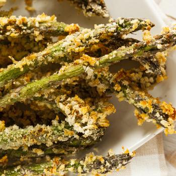 Fűszeres, ropogós bundába forgatott spárga: sütőben sül a tavaszi finomság