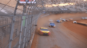 Amerika megőrült: murvás oválon versenyzett hétfőn a NASCAR