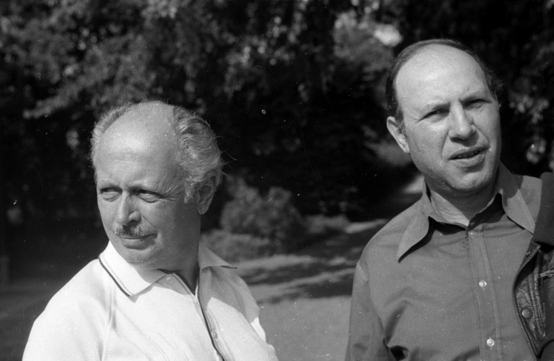 Koczogh Ákos irodalom- és művészettörténész és Kertész Imre 1975-ben az Írók Alkotóházának parkjában.