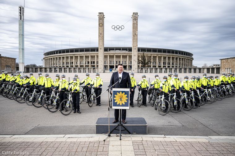 Ilyen precíz formációban pózoltak a kerékpáros járőrök az Olimpiai Stadion előtt.
