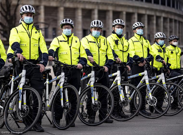 Neonszínű felsőjük és fehér sisakjuk meg biciklijük van, és összesen 54-en vannak.