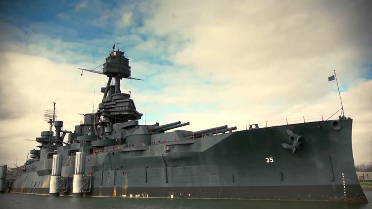 A texasi Galvesonnál a part mellé lehorgonyzott BB-35 USS Texas. A több mint százéves hajó olyan rossz állapotba került, hogy nemrég szárazdokkba kellett vontatni felújításra
