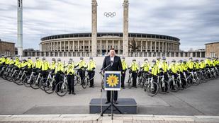 Menő formációban fényképezkedtek a berlini biciklisrendőrök