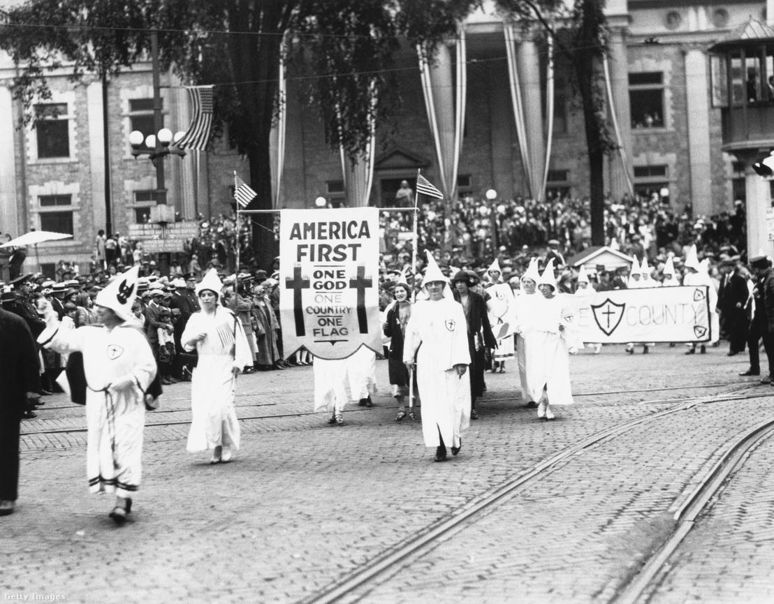 """A KKK """"America First"""" nevű felvonulása Binghamptonban, New York államban az 1920-as években"""