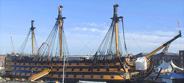 A HMS Victory feluújítás alatti képe. A kötélzet nagy részét és az árbocok felső részét eltávolították a renováció részeként.
