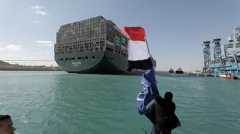 Már vizsgálják, hogy mitől fordulhatott keresztbe a hajó a Szuezi-csatornában
