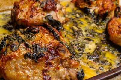 Tejszínes-fehérboros csirkecomb serpenyőben sütve: szaftos marad a hús