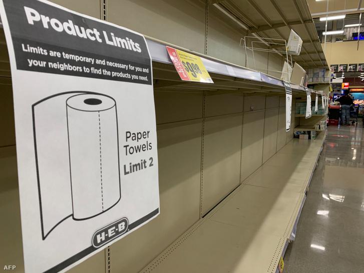 Üres papírtörlőpolcok egy texasi szupermarketben 2021. február 20-án