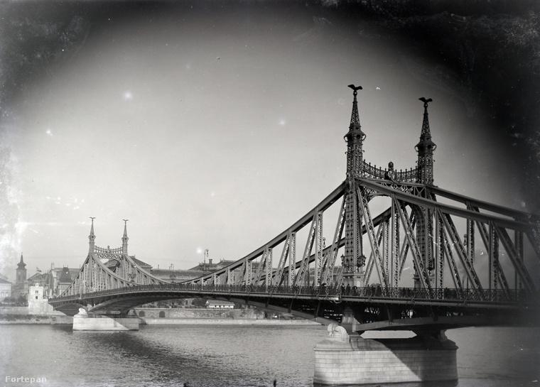 Önben is felmerült, mit láthatott volna akkor, ha Magyarországra is eljut? Ehhez a Fortepan segítségét vettük igénybe, onnan választottunk három képet az 1900-as évek legelejéről: lefotózhatta volna ő is így a Szabadság-hidat.