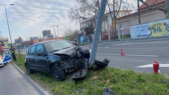 Oszlopnak hajtott egy autó Újbudán
