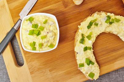 Krémes, ízletes tojáskrém lilahagymával: percek alatt elkészül a fenséges kence