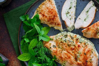 Spenótos krémsajttal töltött csirkemellfilé: szaftos és vajpuha lesz a hús