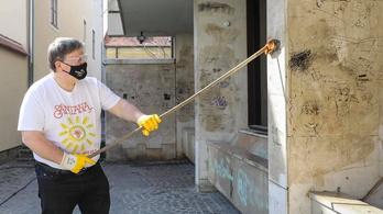 Felvette a harcot a falfirkákkal Győr polgármestere