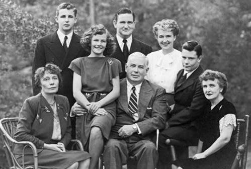 Középen Marston, éppen átkarolva Olive-ot, aki a Wonder Woment ihlette, a kép jobb szélén pedig Elizabeth Holloway, Marston felesége