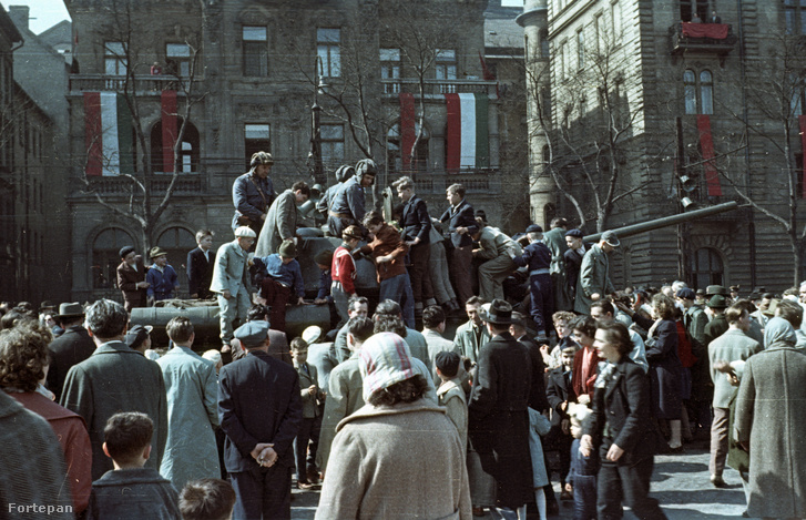 Április 4-i katonai díszszemle, háttérben a Dózsa György út 58. számú ház.