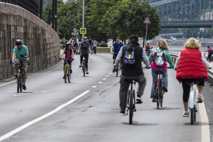 Kerékpárosok közlekednek a gépjárműforgalom elől a hétvégére lezárt pesti alsó rakparton 2020. május 16-án