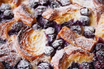 Gyümölcsös kiflifelfújt maradék pékáruból: croissantból, de kalácsból is készülhet