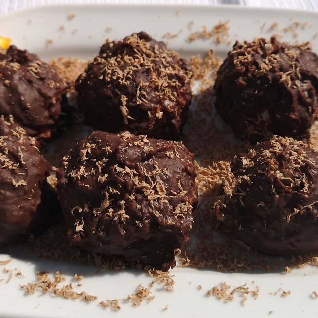 Villámgyors kókuszgolyó görög joghurttal gyúrva: roppanós csokimáz borítja