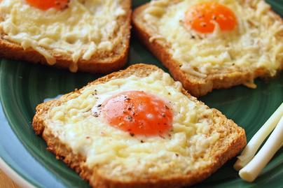 Látványos reggeli pillanatok alatt: remegősre sül a tojás a kenyér közepén