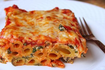 Tartalmas rakott tészta rengeteg sajttal, spenótos ricottával és paradicsommal