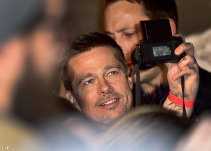 Brad Pitt szelfizik, amikor megérkeznek a Szövetségesek című film premierjére 2016. november 22-én Madridba