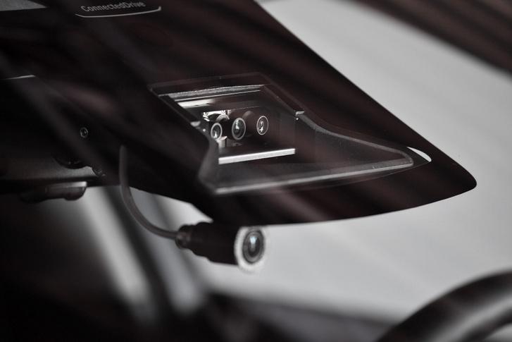 Három, különböző fókusztávolságú kamera néz előrefelé a szélvédő mögül a Tesla Model 3-ban (a negyedik csak ráadás)