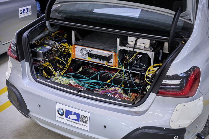 Kell egy kis számítási kapacitás a beérkező információk feldolgozásához a kísérleti járművekben