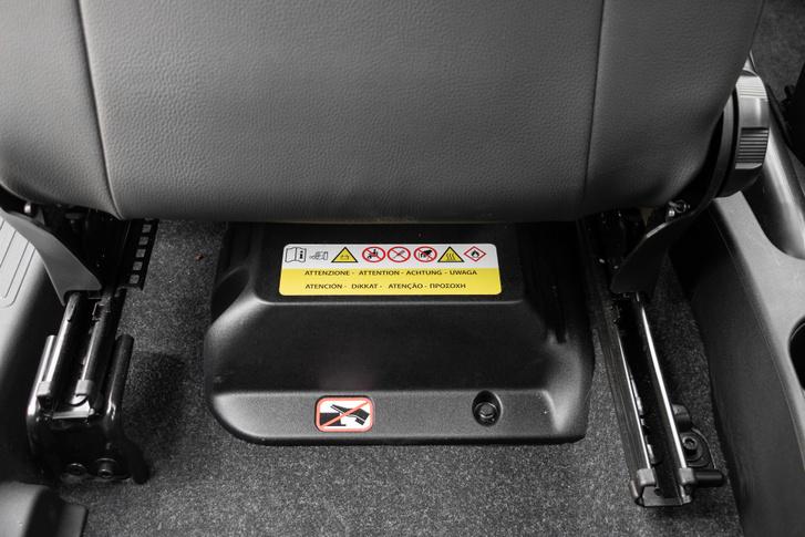 A vezető ülése alatt a hibrid(nek nevezett) rendszer kis akkumulátora. A hátul ülő lábának útban van