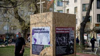Pár óra után bedeszkázták a ferencvárosi BLM-szobrot