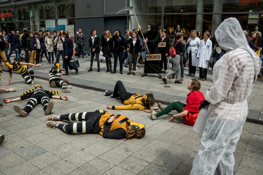 A Greenpeace performansza Lyonban, 2019-ben a méhekre is rendkívül veszélyes glifozát betiltásáért.
