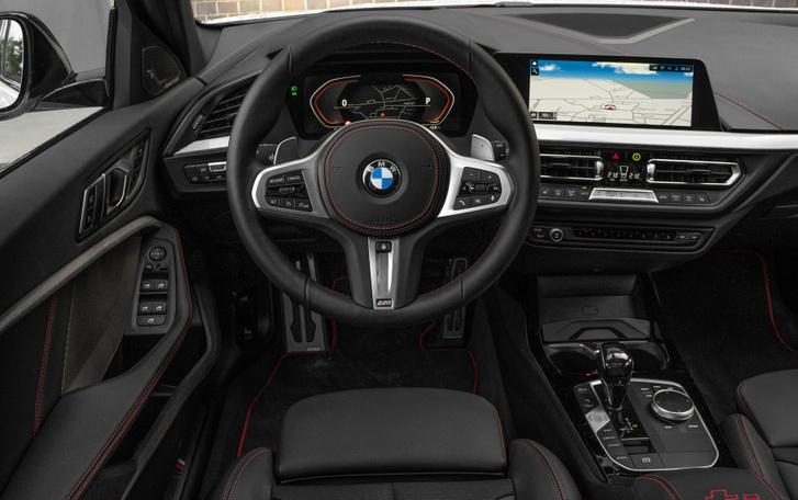 A piros varrás 128ti kellék, amúgy bármelyik 1-es BMW lehetne, M csomaggal