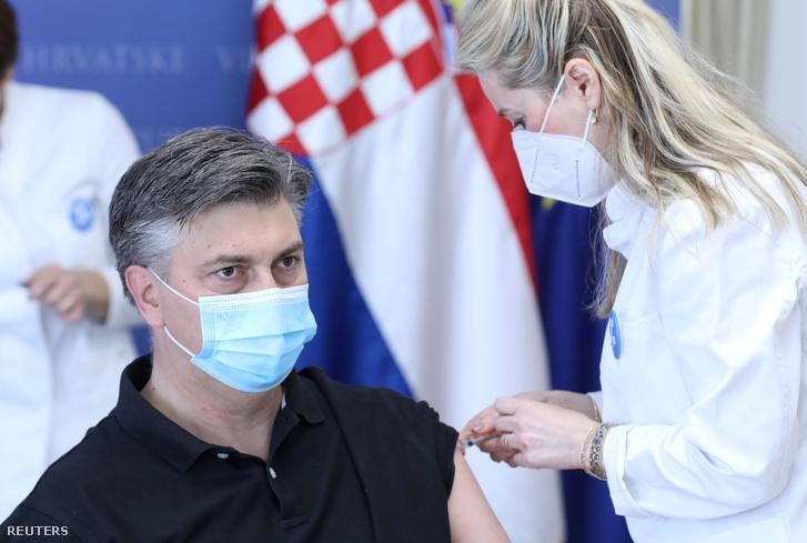 Andrej Plenković horvát miniszterelnök megkapja oltását Zágrábban 2021. március 24-én