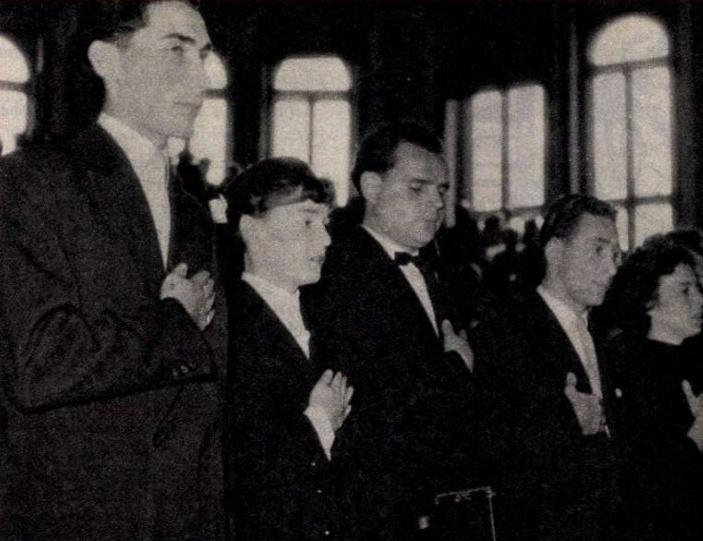 Bal szélen dr. László Ferenc diplomázva leteszi orvosi esküjét 1957-ben