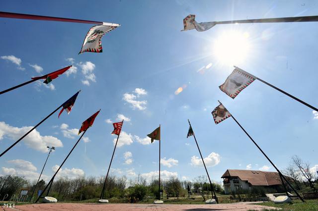 A történelmi zászlók gyűrűje a Pákozdi Katonai Emlékpark közepén