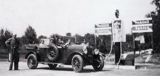 1936, az első év. Épületek még nincsenek, egy Fiat 503-as nagykocsi tankol éppen