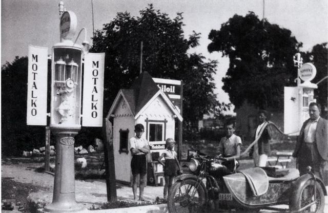 1937-ben már állt egy kis faépület. A BSA motoron a Kristályvíz igazgatójának kisfia, a motor mellett Landthaller Tasziló