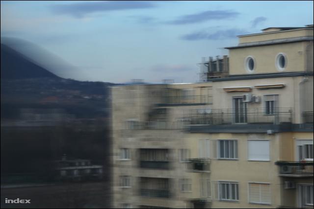A két kör alakú ablak alatt látható Aczél György tetőterasza