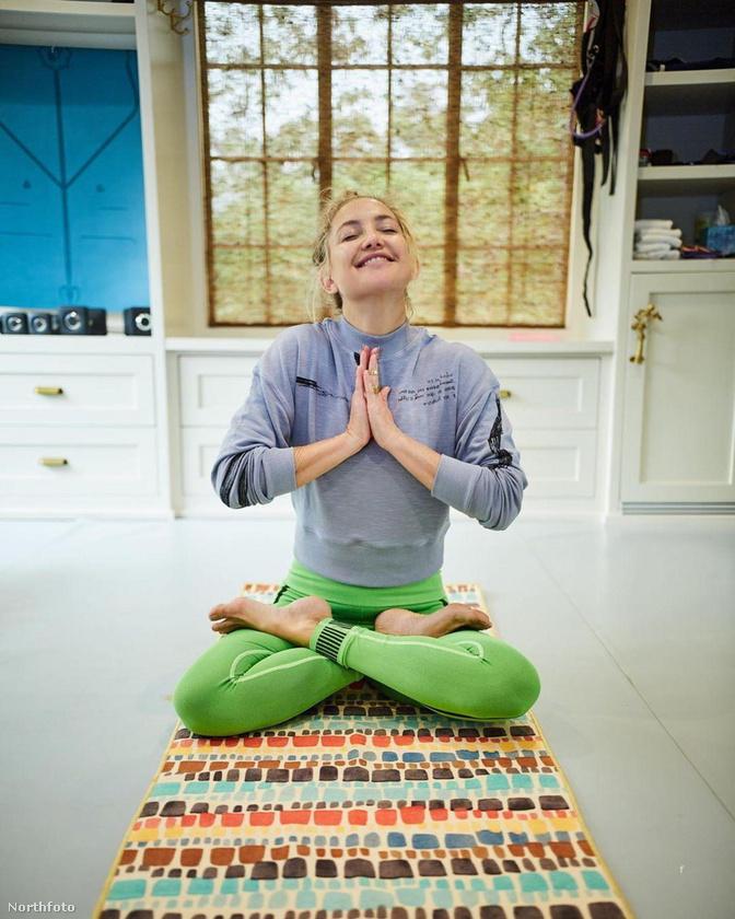 Kate Hudson a lótuszülést mutatta be tavaly szeptemberben, azt mondja, ő is rendszeresen jógázik.