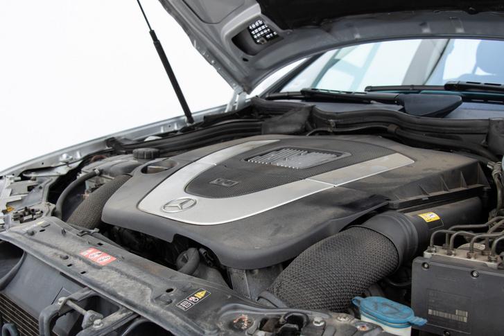 Az M272-es V6 szép, nyomatékos, egészen fent pedig megdominálja az ereje is