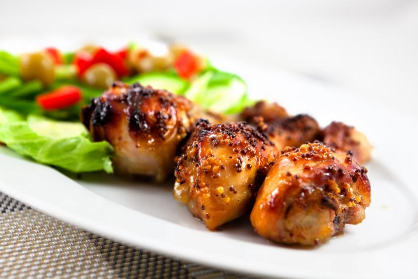 Isteni mézes, mustáros csirkecomb, amivel kevés a macera: így nem szárad ki a hús