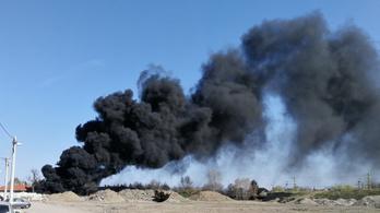 Hatalmas fekete füsttel ég az építési lerakat Soroksáron