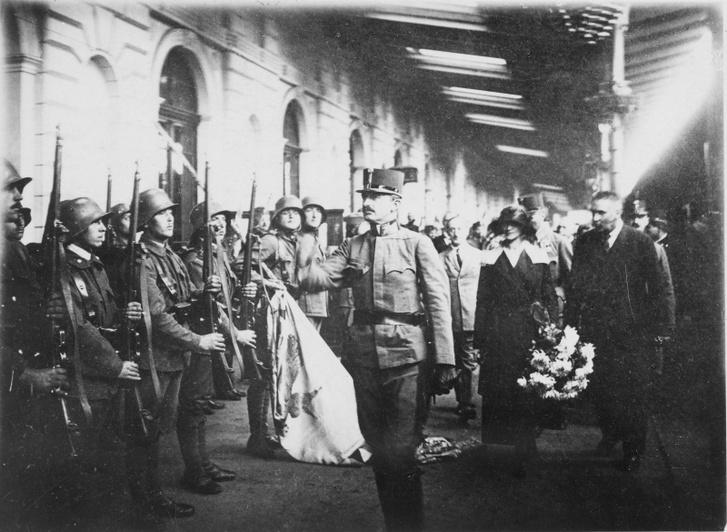 IV. Károly a győri vasútállomáson a második visszatérési kísérlet idején 1921. október 21-én