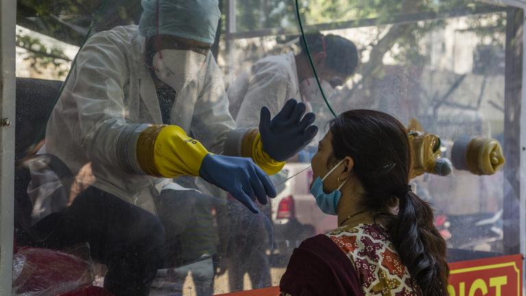 Több mint százezren fertőződtek meg egy nap alatt Indiában